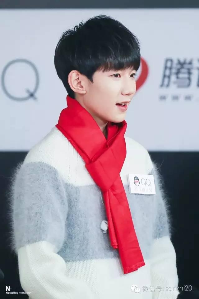 王源白毛衣红领巾的照片 一笑倾城万人迷_明星图片_q