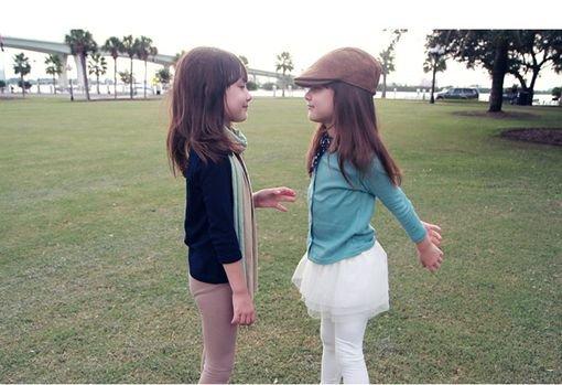 可爱萝莉双胞胎姐妹童年图片 世界这么乱装纯给谁看