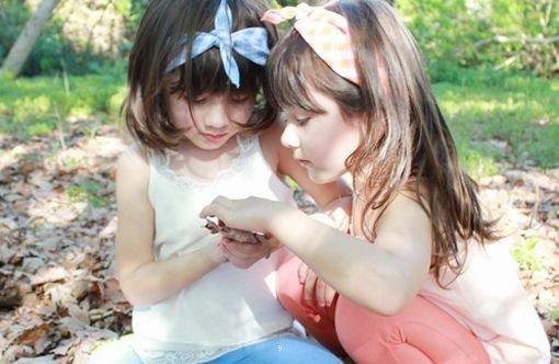 可爱萝莉双胞胎姐妹童年图片
